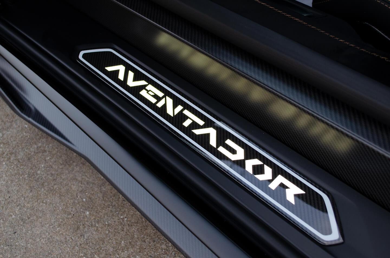 コーティングを施工したランボルギーニ アヴェンタドール SVJのサイドシルプレート