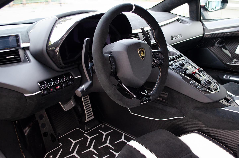 コーティングを施工したランボルギーニ アヴェンタドール SVJの運転席周り