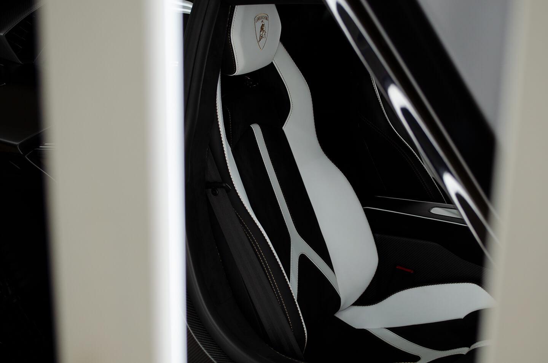 コーティングを施工したランボルギーニ アヴェンタドール SVJのホワイトのレザーシート