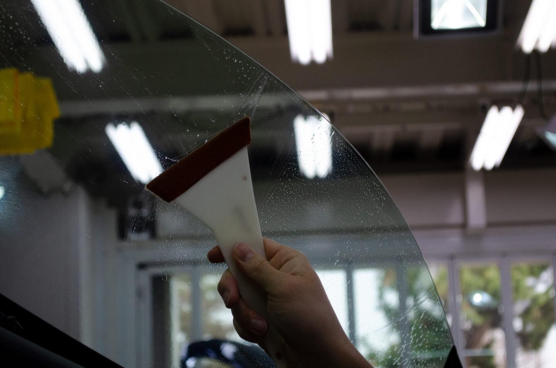 ASTON MARTIN V8 Vantage N430のサイドガラスに透明断熱フィルムを施工しているところ