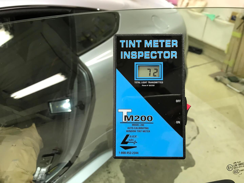 ASTON MARTIN V8 Vantage N430に施工したサイドガラスの可視光線透過率を計測しているところ
