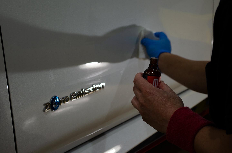 日産リーフ NISMOにKUBEBOND DIAMOND9H ナノセラミックコーティングを慎重に塗布しているところ