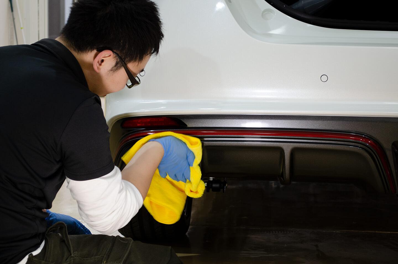 日産リーフ NISMOのリアスポイラーにKUBEBOND DIAMOND9H ナノセラミックコーティングを慎重に塗布しているところ