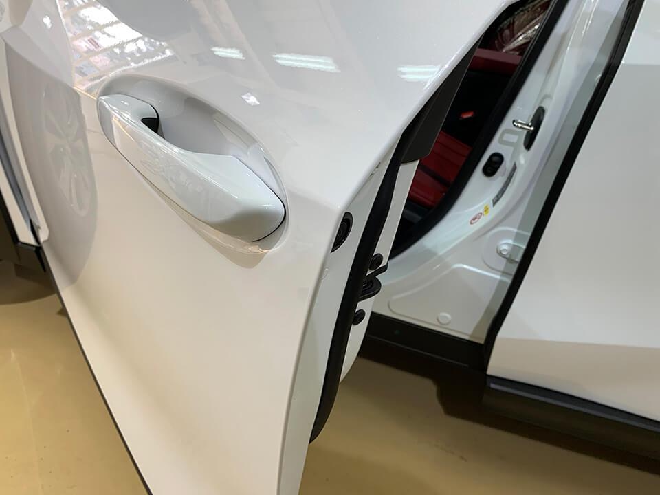 プロテクションフィルムを貼り付けたLEXUS UXのドアエッジ