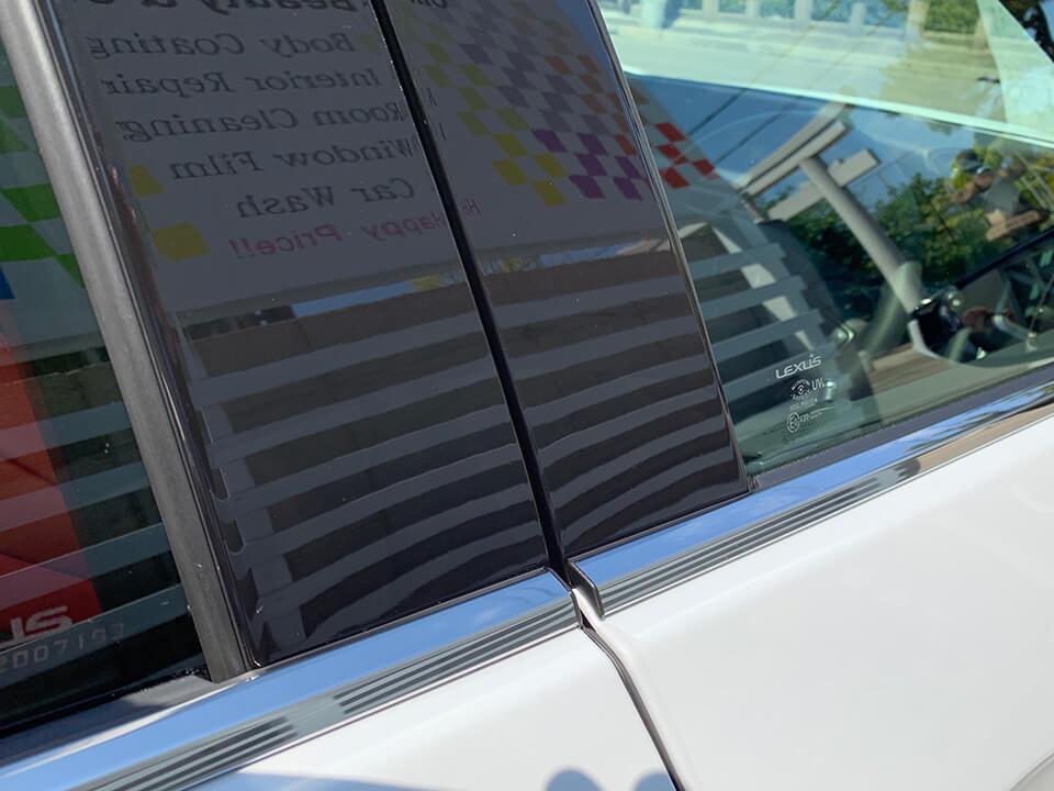 プロテクションフィルムを貼り付けたLEXUS UXのBピラー