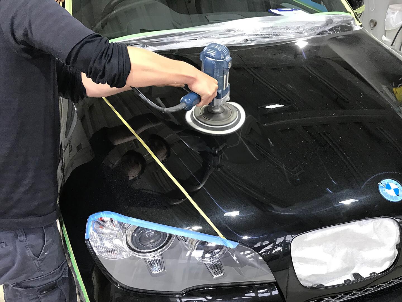 BMW X5 xDrive 35d blueperformanceのボンネットにコーティングの研磨をしているところ