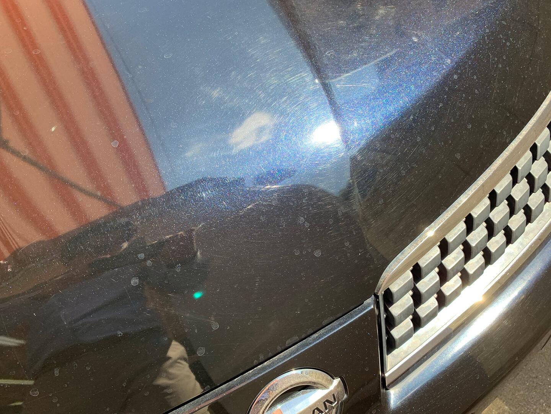 平成17年式の日産  TIIDA サファイアブラックのダメージの多いボディ