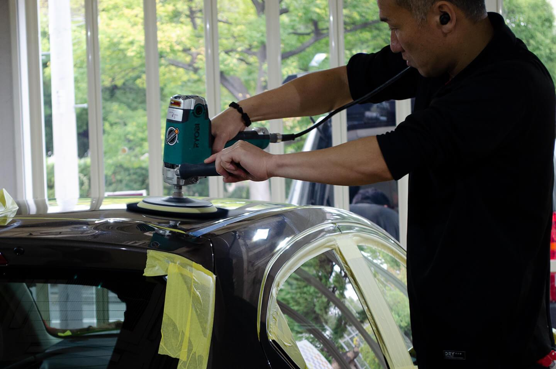 MAZDA2 チタニウムフラッシュマイカのルーフを研磨しているところ