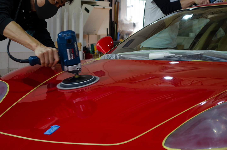 360モデナ(フェラーリ)のボンネットを研磨しているところ