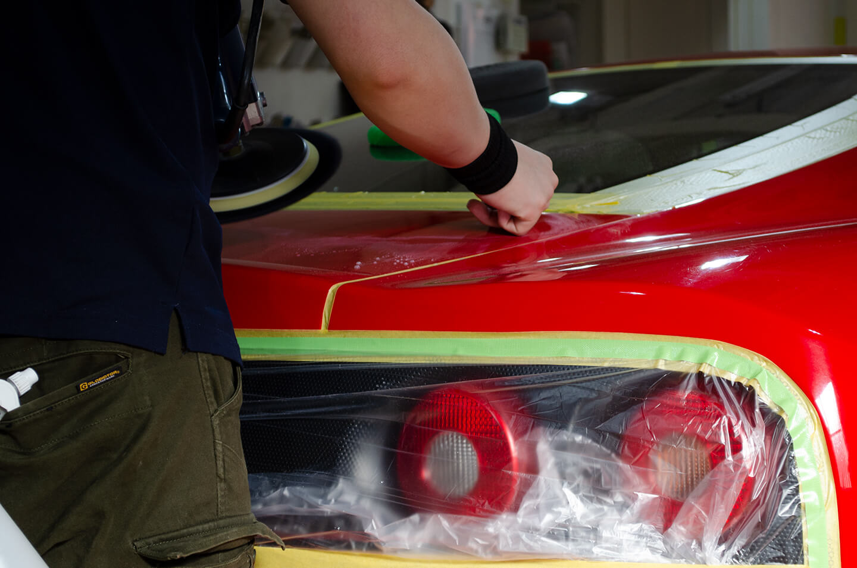 360モデナ(フェラーリ)のトランクを研磨しているところ