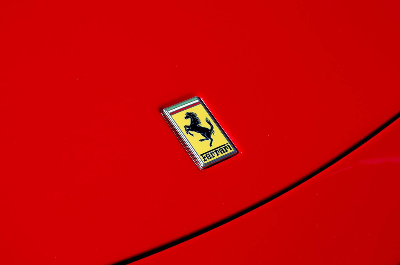 コーティングを施工した360モデナ(フェラーリ)のボンネットのエンブレム