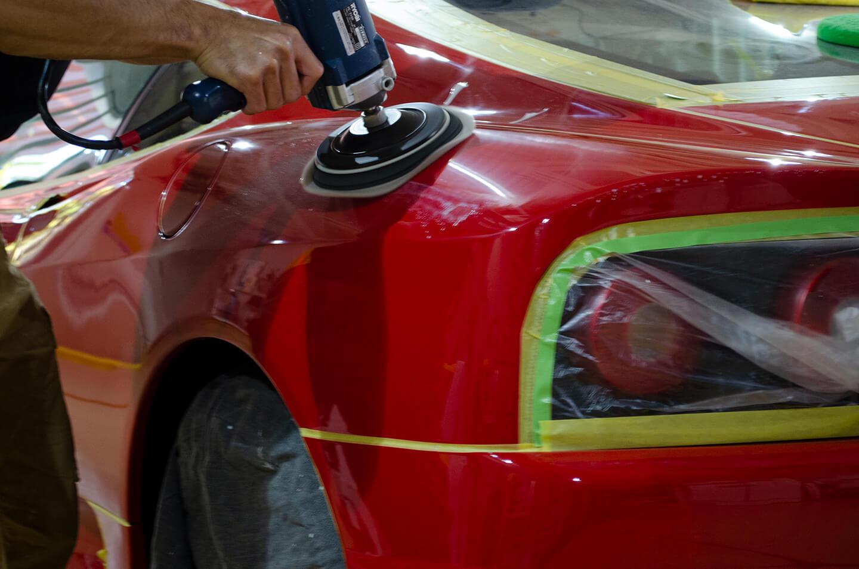 360モデナ(フェラーリ)のリアフェンダーを研磨しているところ