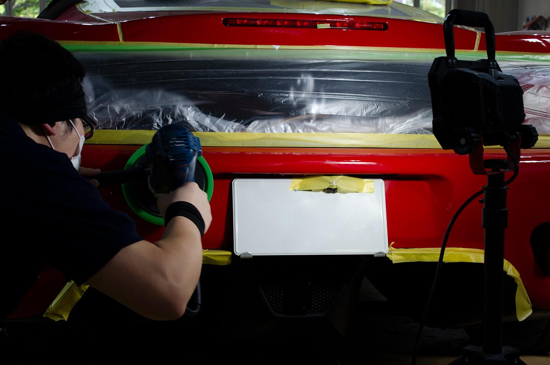 360モデナ(フェラーリ)のリアバンパーを研磨しているところ