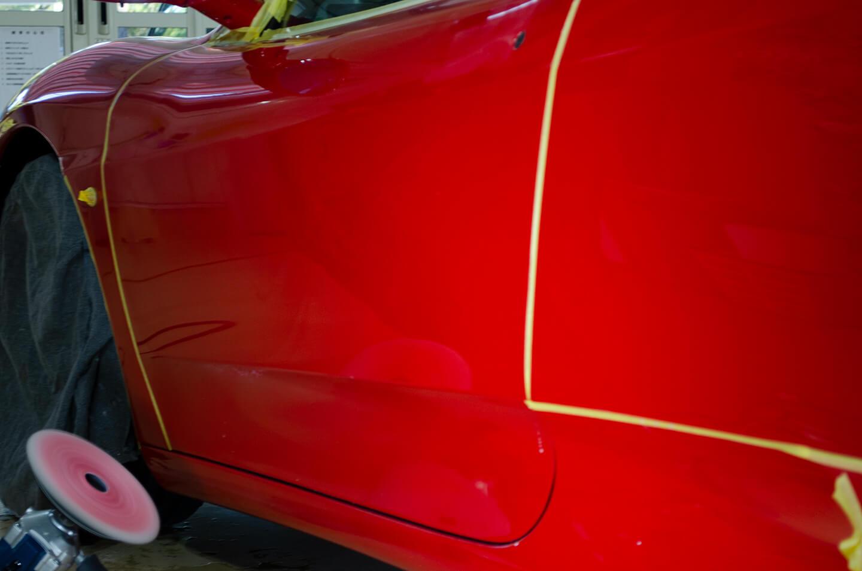 360モデナ(フェラーリ)のドアを研磨しているところ