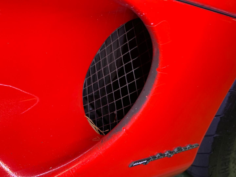 コーティングを施工する前の360モデナ(フェラーリ)のダクト