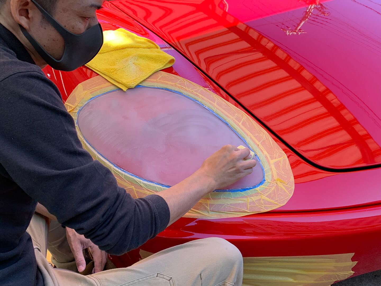 360モデナ(フェラーリ)のヘッドライトを研磨しているところ