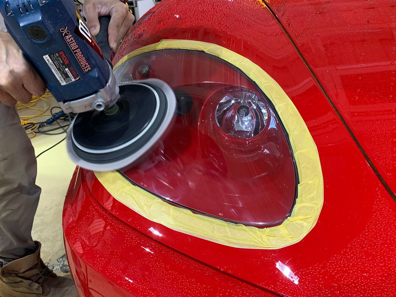 360モデナ(フェラーリ)のヘッドライトをポリッシャーで研磨しているところ