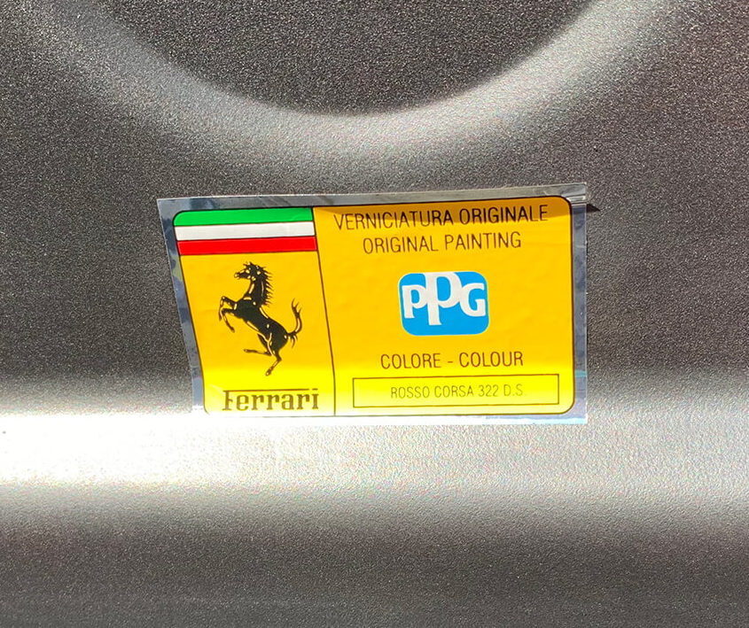 360モデナ(フェラーリ)のボンネット裏にあるカラーコード
