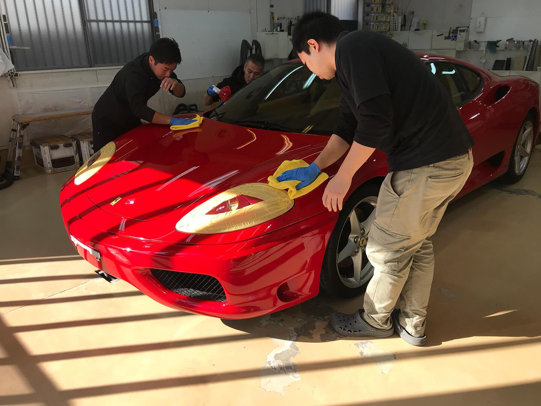 360モデナ(フェラーリ)にコーティングしているところ