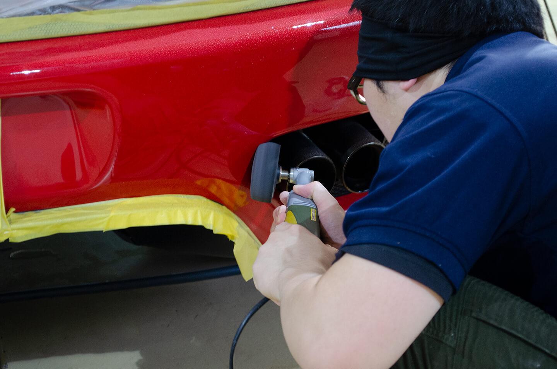 360モデナ(フェラーリ)のマフラー周りを研磨しているところ
