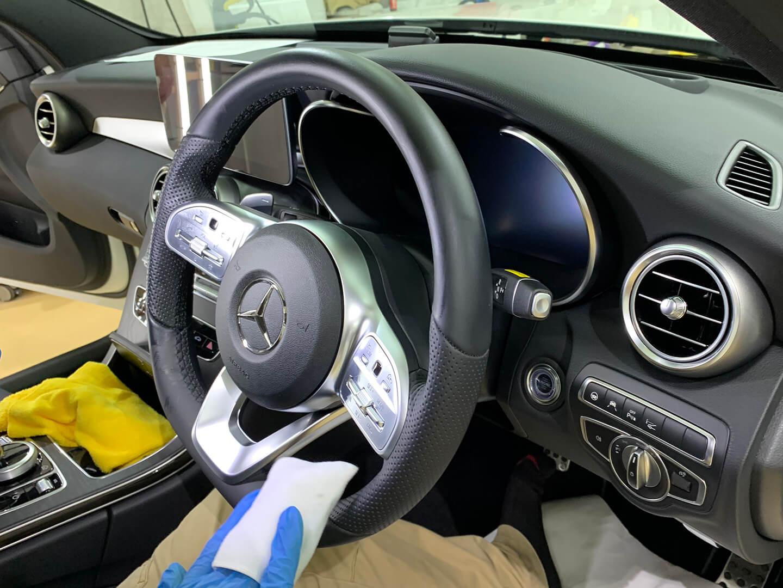 メルセデス・ベンツ G350d(W463) のステアリングをコーティングしているところ