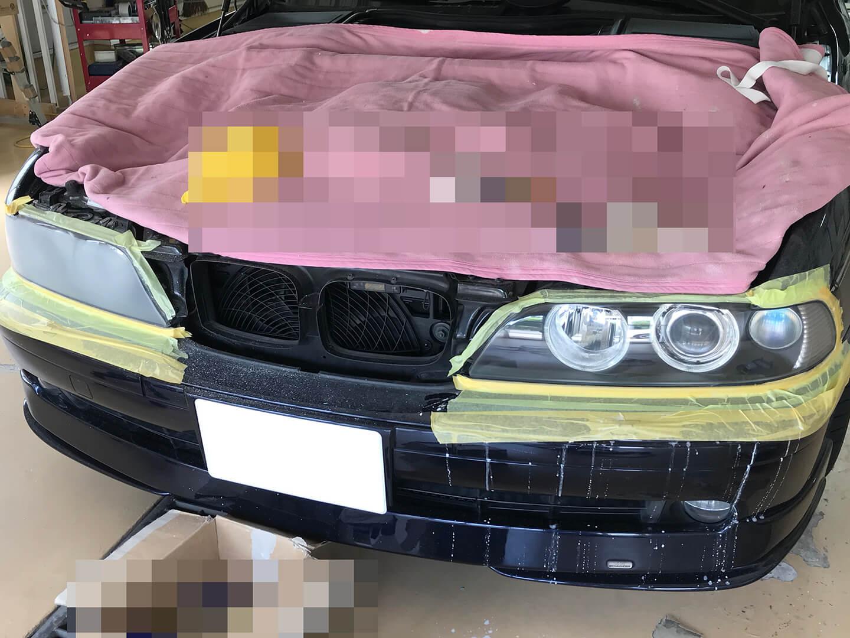 BMW 530i のヘッドライトを研磨しているところ