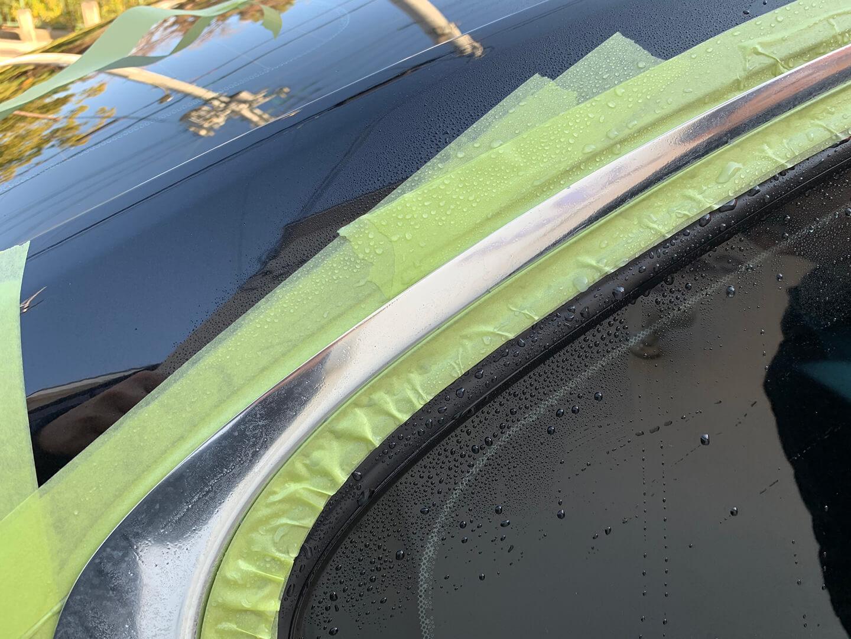 BMWのメッキモールを磨いてシミをとっているところ