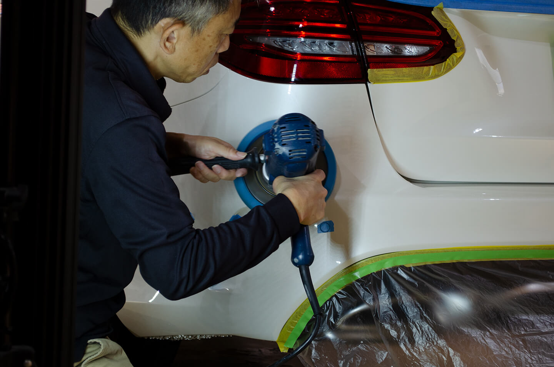 メルセデス ベンツ C220dをコーティングする前に磨いているところ