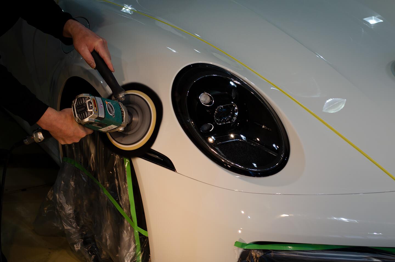 ポルシェ 911 992のボンネットをコーティング前に磨いているところ
