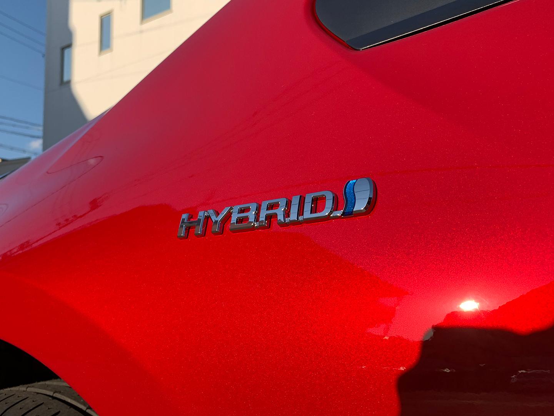コーティングを施工したトヨタ プリウス のハイブリッドバッジ