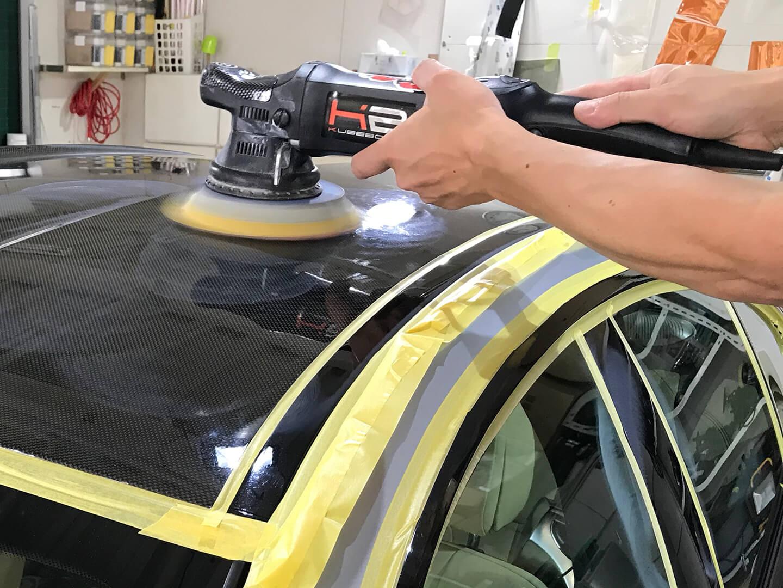 BMW M6のマットシルバーのカーボンパーツを磨いているところ
