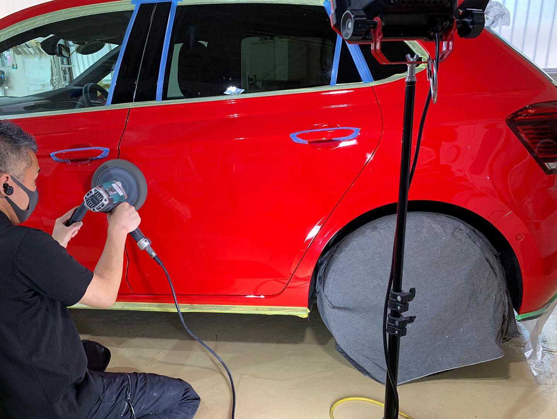 フォルクスワーゲン Polo GTIフラッシュレッド(D8)をコーティング前に研磨しているところ
