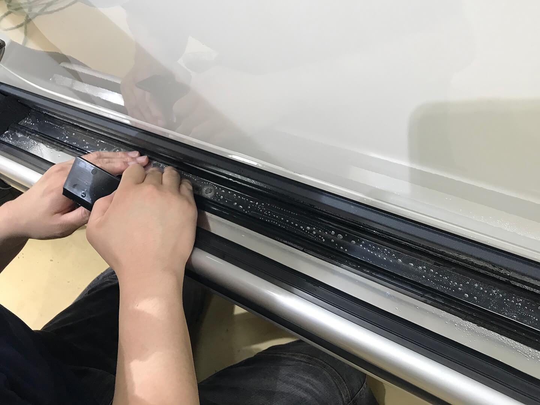 メルセデス AMG G63のサイドステップにプロテクションフィルムを施工しているところ