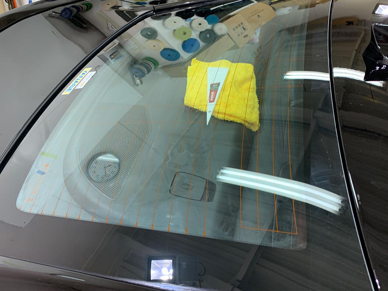 スモーク断熱フィルムを施工する前のシボレーカマロのリアガラス