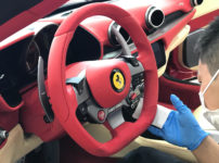 フェラーリ ポルトフィーノのインテリアにコーティングしているところ