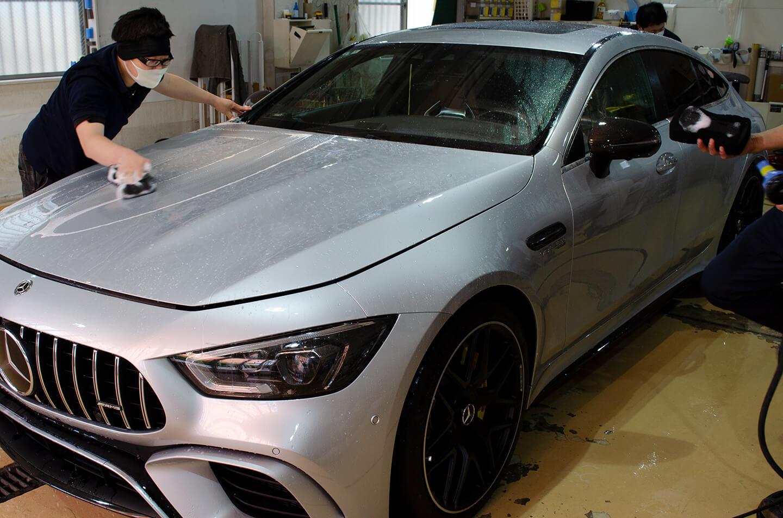磨き終えたAMG GT 63Sを洗車しているところ