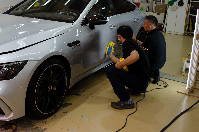 AMG GT 63SにKUBEBOND DIAMOND9Hのプライマー塗布をしているところ