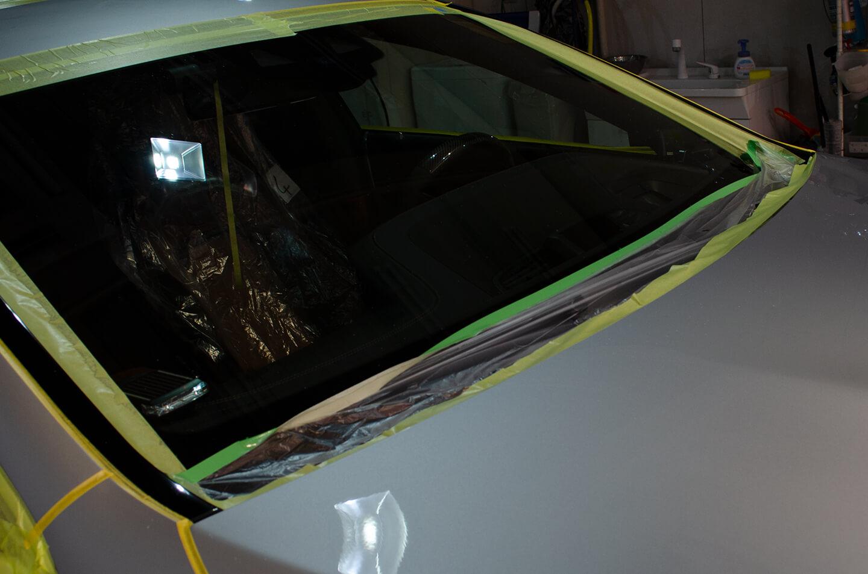 KUBEBOND DIAMOND9Hが付かないようにAMG GT 63Sのフロントガラスをマスキングしているところ