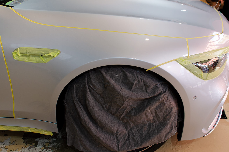 AMG GT 63Sを研磨前にホイールカバーを守っているところ