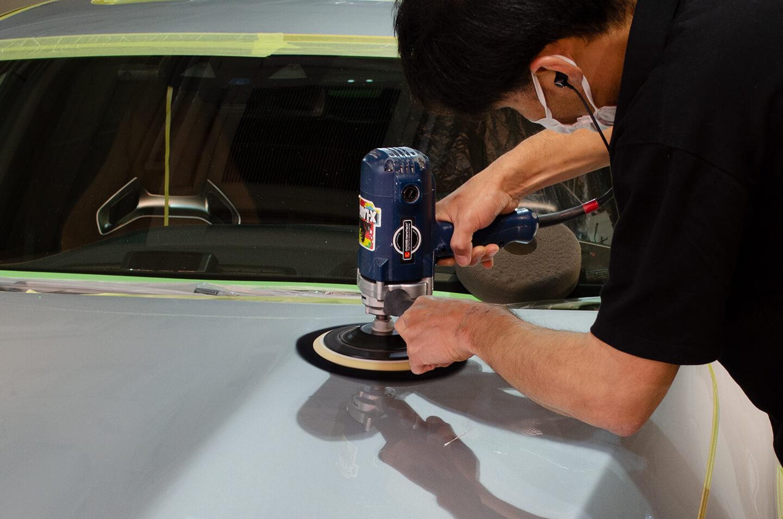 AMG GT 63Sのボンネットを磨いているところ