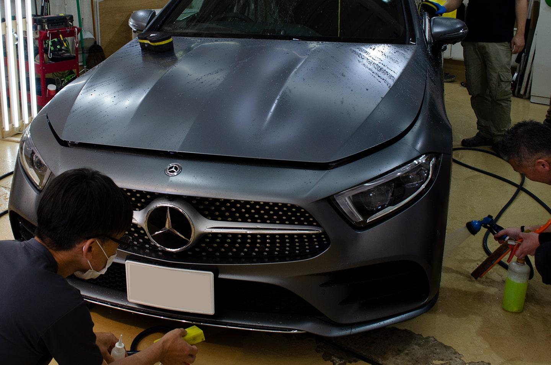 メルセデス CLS450  セレナイトグレーマグノのボディを洗っているところ