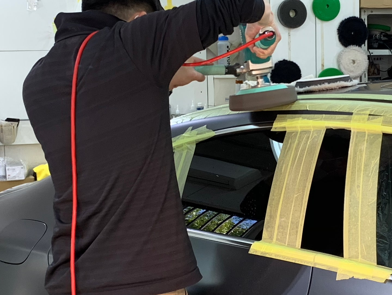 メルセデス CLS450 マットグレーのルーフモールを磨いているところ