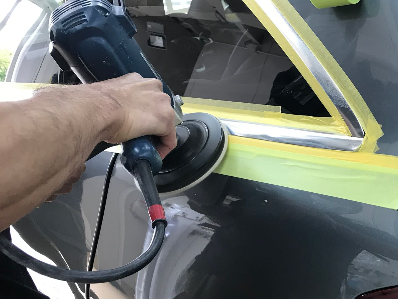 メルセデス GLC200のメッキモールを磨いているところ