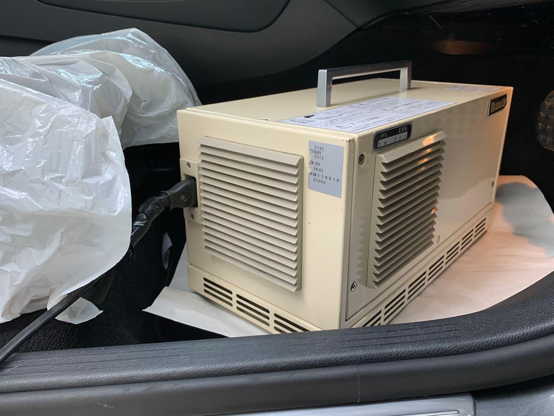 車内をオゾン発生器で殺菌しているところ