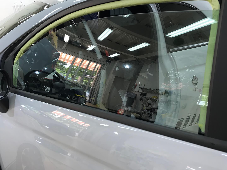 透明断熱フィルムをアバルト 595に施工しているところ