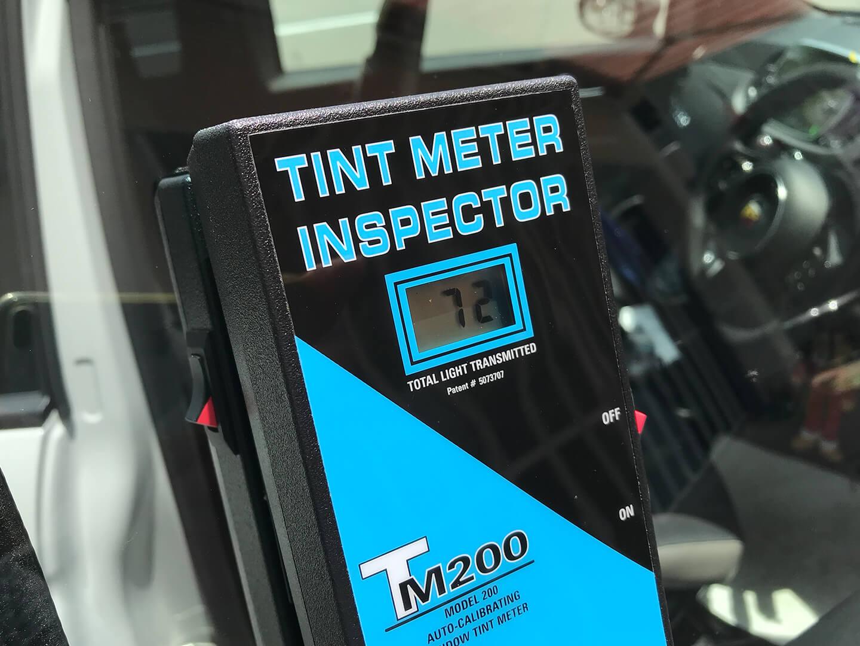 透明断熱フィルム施工後の可視光線透過率を計測しているところ