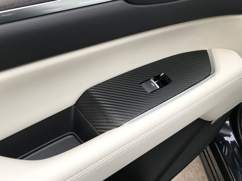 CX-8のパワーウインドウスイッチ周りパネルにカーボンラッピングを施工しました