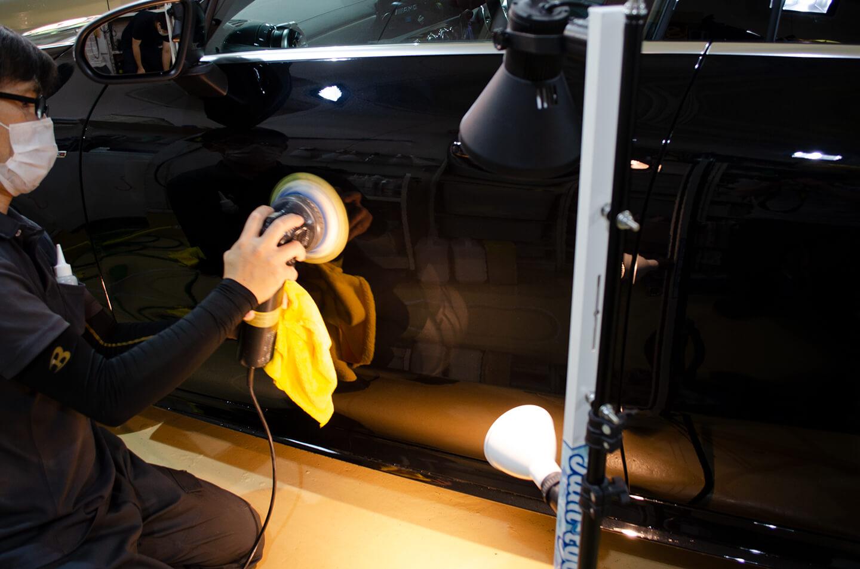 コーティング前にメルセデス AMG CLA 45Sを磨いているところ