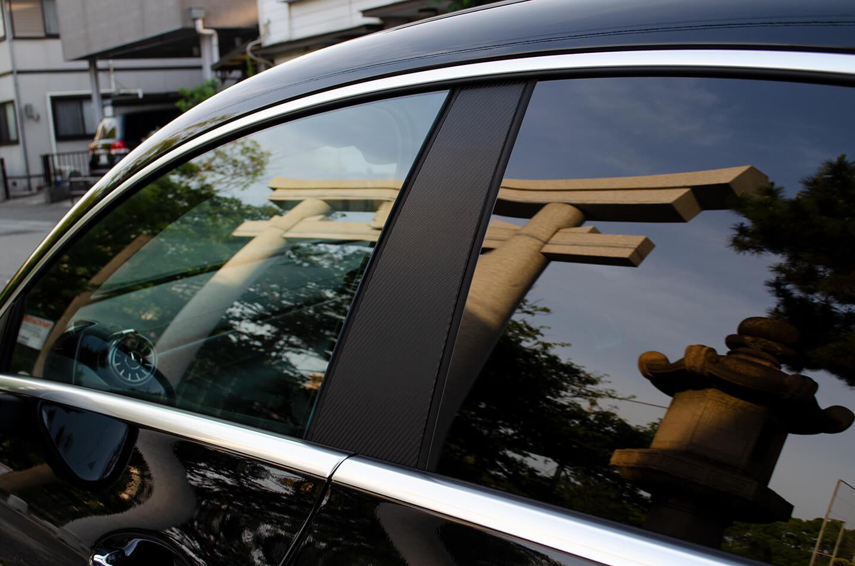 カーボンラッピングを施工したメルセデス AMG CLA 45SのBピラー