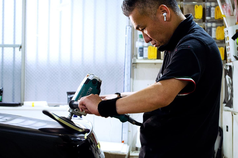 メルセデス AMG E53を研磨するスタッフ